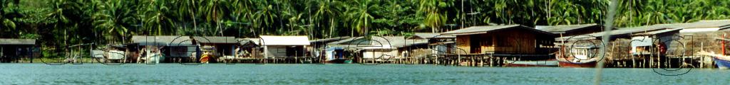 Asien Rundreisen Panorama, Phahlbauten am Strand bei der Anreise auf eine Insel beim Thailand Urlaub und dem Island Hopping.